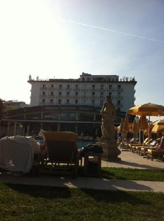 Hotel President Terme: l'esterno a primavera