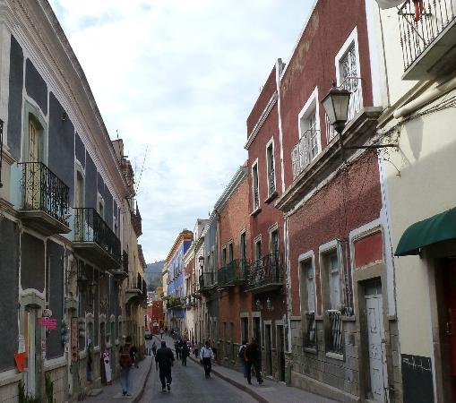 Casa Estrella de la Valenciana: Narrow Street