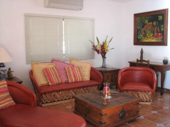 Villas Santo Niño: Colorful living room