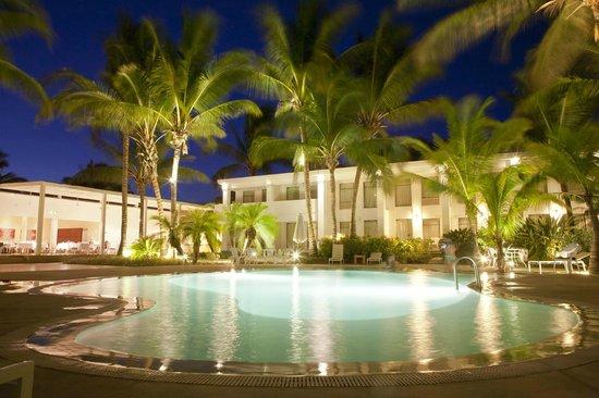 Casa Andina Premium Piura: Piscina rodeada de palmeras con el mejor servicio de bar y restaurante