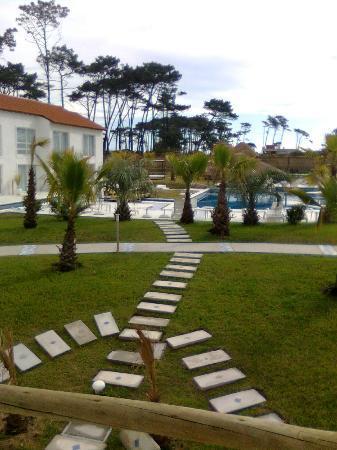 Chihuahua Resort: Vista desde el balcón de la habitación a la piscina y parque