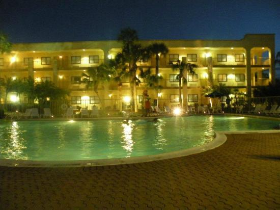 La Quinta Inn Fort Myers Central: Poolside view of hotel