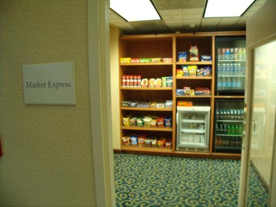 SpringHill Suites Peoria Westlake: A little Market place if you want chips, pop, etc.