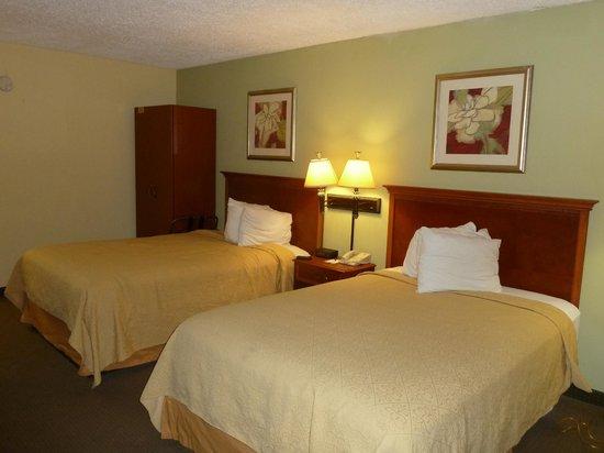 Econo Lodge Inn & Suites: Main part of room (2 doubles)