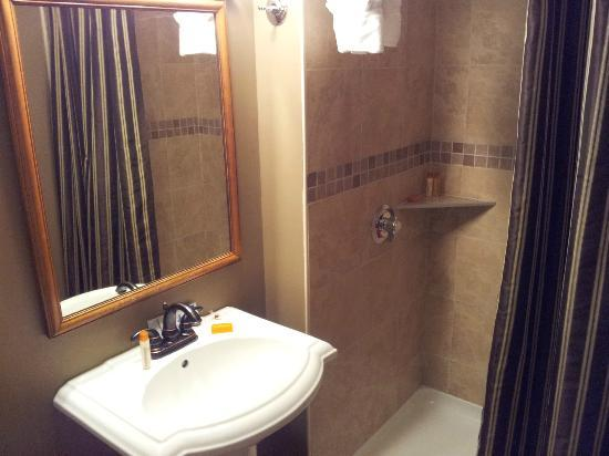 DeBary Inn: Bathroom