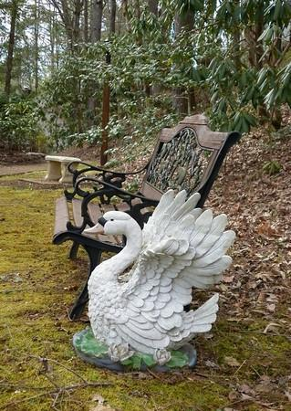 Buckhorn Inn: Swan and bench on Buckhorn grounds