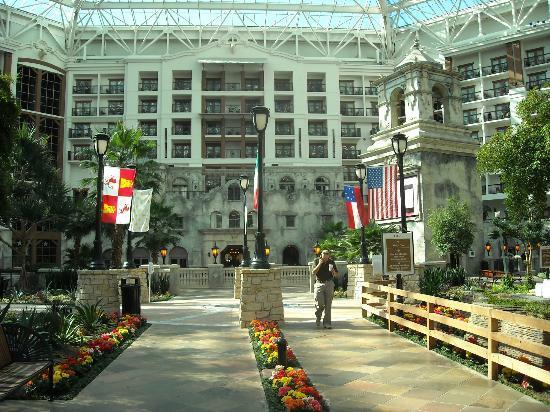Gaylord Texan Resort & Convention Center: Walking through indoor quad ...: https://www.tripadvisor.co.uk/LocationPhotoDirectLink-g55930...