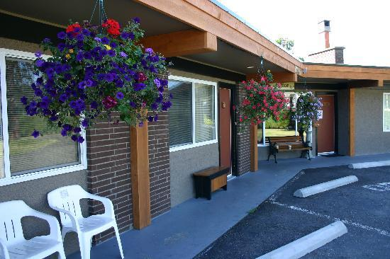 "Arbutus Grove Motel: You can park right in front of your room. Lots of extra free parking for RV""s or trailers."