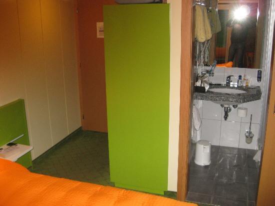 "Hotel Garni Bergheimat : ""Hallway"" and bathroom"