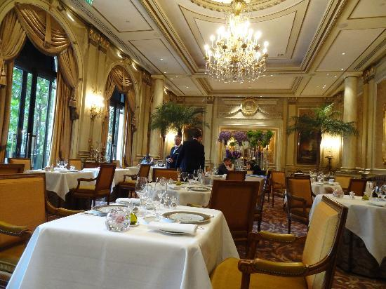 Le Cinq: beautiful dining room