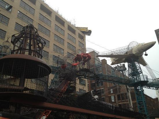 City Museum : Exterior - Yes, thats a school bus on the top