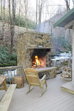 Cherokee Mountain Cabins: Fireplace, hotub and crystal clear stream....awesome setting