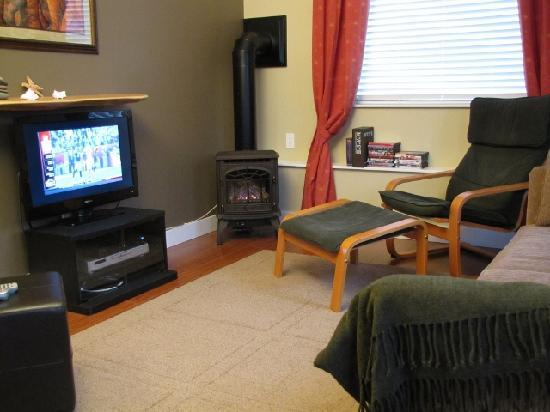 Pacific Heights Vacation Suite: Living Room, TV, Gas Fireplace