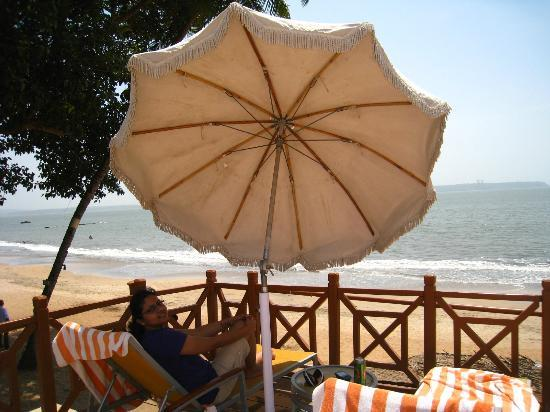 Cidade de Goa: Pool area overlooking beach