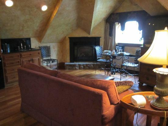 Landoll's Mohican Castle : Thering Suite