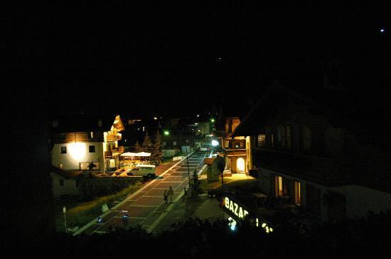 Hotel Piccolo Tibet: Vista notturna da una camera.