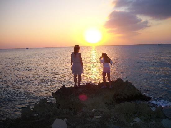 Eldemire's Tropical Island Inn : Sunset in Grand Cayman