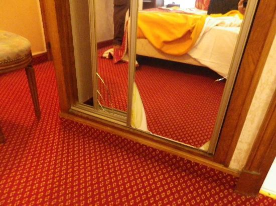 Hotel Meslay Republique: smashed mirror on wardrobe