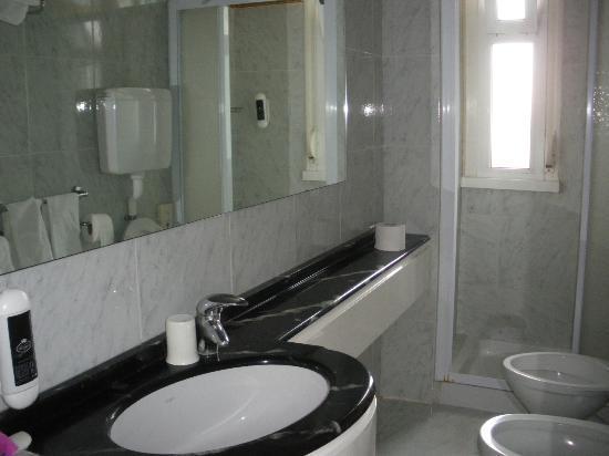 Bagno con finestra foto di grand hotel michelacci kosher for Finestra bagno