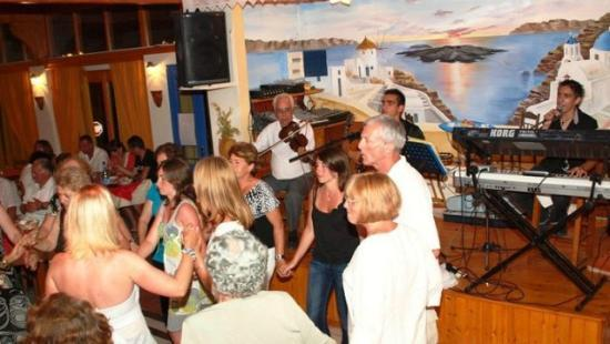 Dimitris Restaurant: people dancing