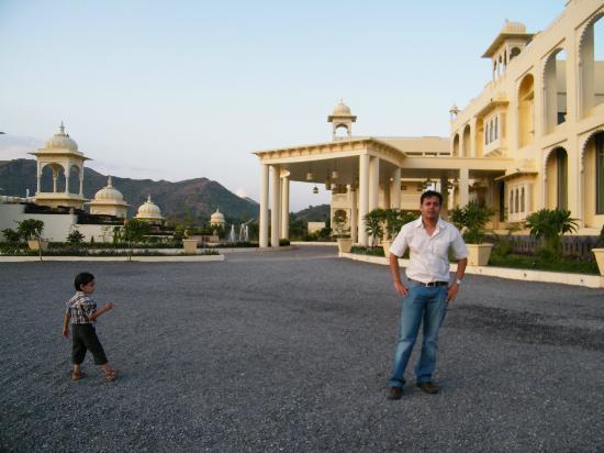 Club Mahindra Udaipur: the hotel lawn