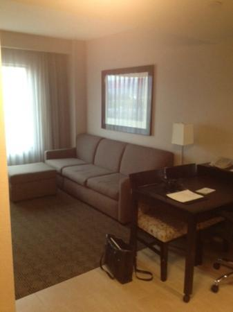 Embassy Suites by Hilton Ontario-Airport: kitchen-livingroom