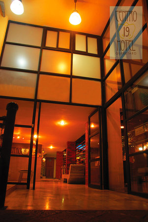 Centro 19 Hotel: Entrada Av. Corregidora