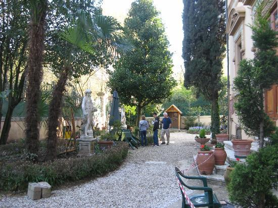 Instituto Suore Di Sant' Elizabetta: Front yard