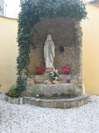 Instituto Suore Di Sant' Elizabetta: Grotto in the Front Yard