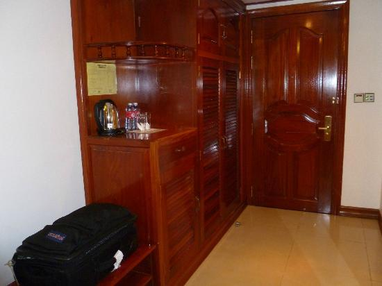 Prum Bayon Hotel: entry and closet