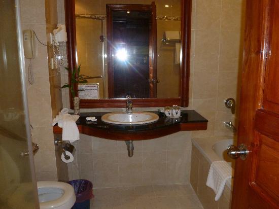 Prum Bayon Hotel: bathroom