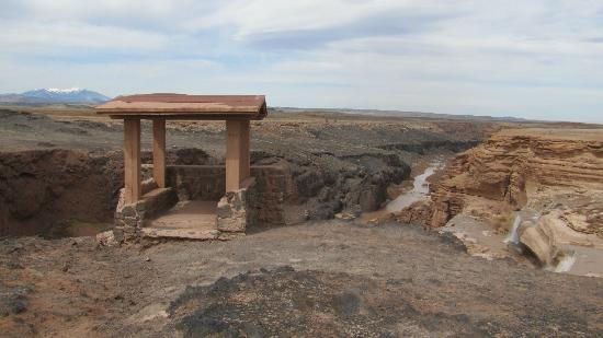 Grand Falls of the Little Colorado River: Picnic tables and over looks