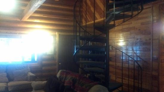 Cooper Spur Mountain Resort: Living room with spiral stairs leading up to loft