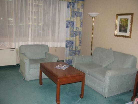 Southway Hotel: Each room has a sitting area near the bed