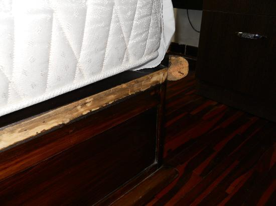 Casa Bella Boutique Hotel: Nail exposed in bed, where someone can hurt the foot