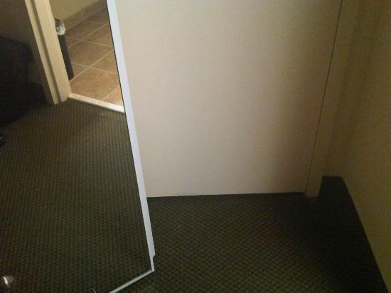 Crowne Plaza Hotel Kansas City - Overland Park : Blocked in room by closet door