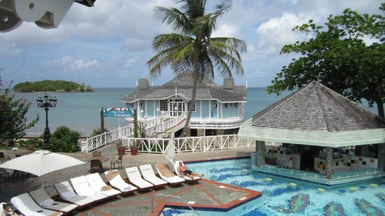 Sandals Halcyon Beach Resort: Pier restaurant & main pool bar
