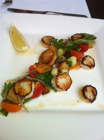 Chill Dining & Wine Bar: scallops, served without goats cheese (requested)