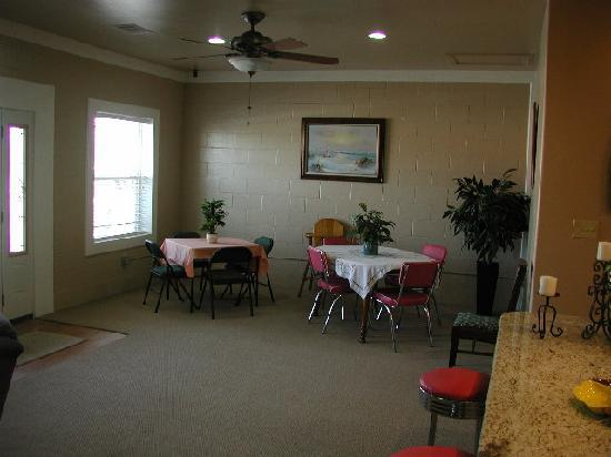 Granite Rock RV Park: Clubhouse dining & game area