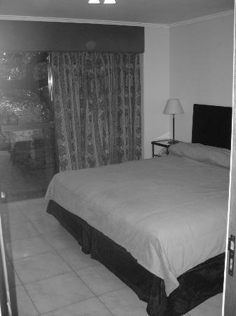 Garden All Suites: Cama ampla. Quarto com vista para a avenida Cólon