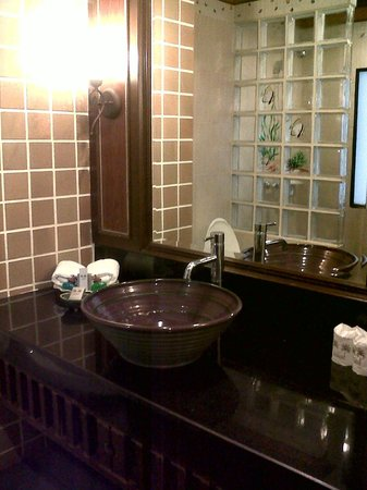 P. P. Palm Tree Resort: Vanity counter.. loads of space for toiletries!