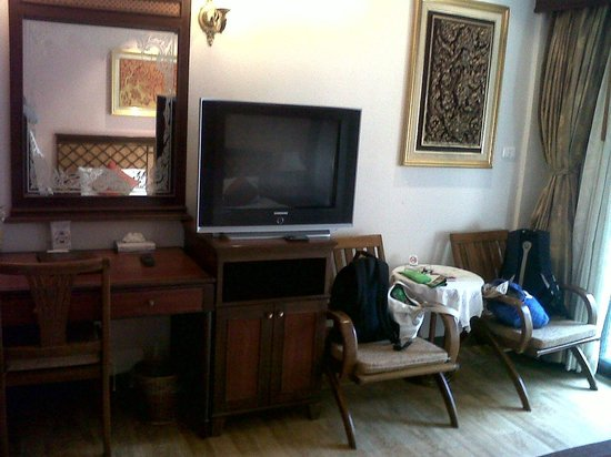 P. P. Palm Tree Resort: The TV & sitting area. TV wasn't turned on even once the whole time we were there!