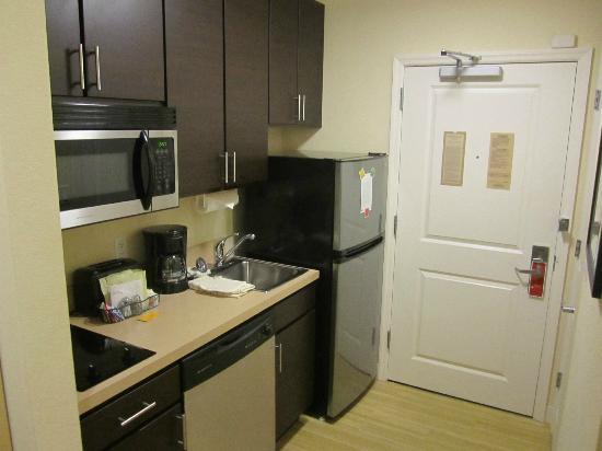 TownePlace Suites Republic Airport Long Island/Farmingdale: Kitchen area