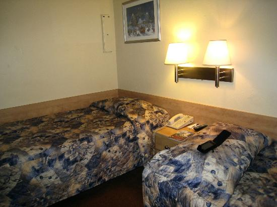 Hotel Travelodge Montreal Centre: old hard beds