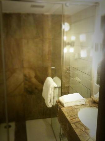 The Chevron Hotel: Bathroom