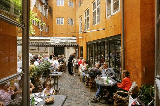 Restaurant Zeleste: The courtyard
