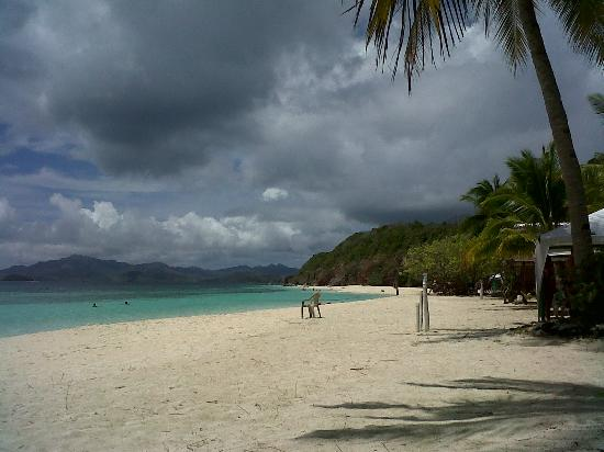 Malcapuya Island: white powdery sand along the beach
