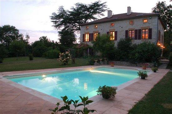 Chambres d'hotes Les Cedres de Lescaille: Maison et piscine, nuit d'été