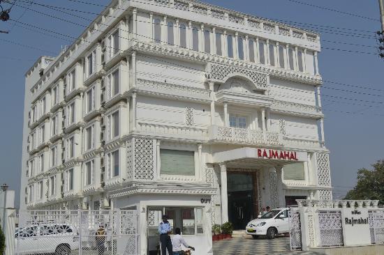 Agra - Regal Vista, A Sterling Holidays Resort: Front of hotel