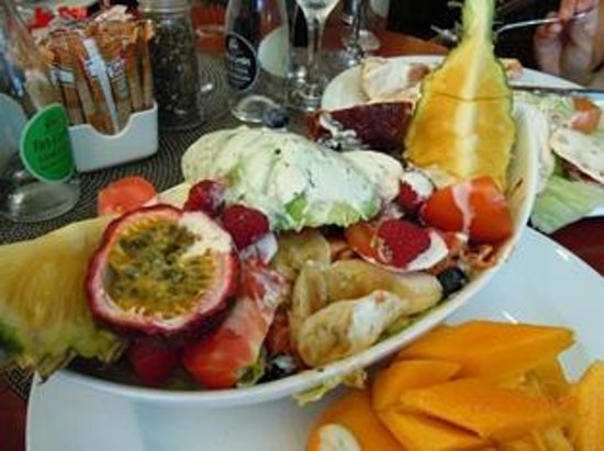 Man'oushe Restaurant : Chef's Special (fruit, chicken & salad)